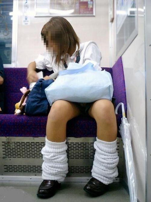 【画像】 電車通学中の美脚JKの太ももがエロ過ぎでワロタw 40枚 No.2