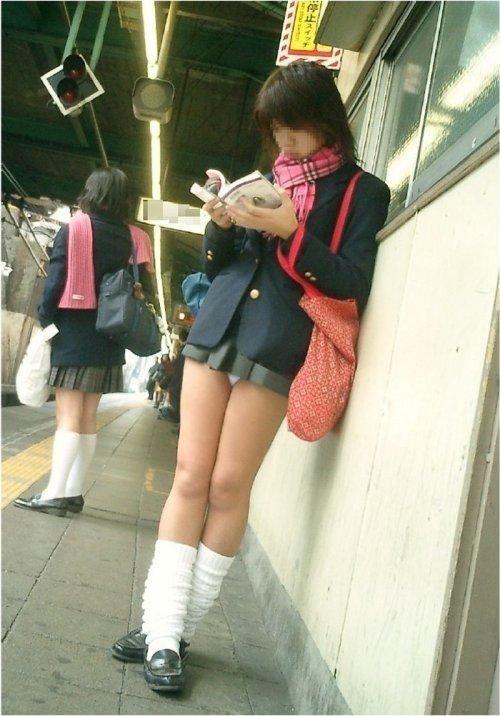 【画像】 電車通学中の美脚JKの太ももがエロ過ぎでワロタw 40枚 No.8