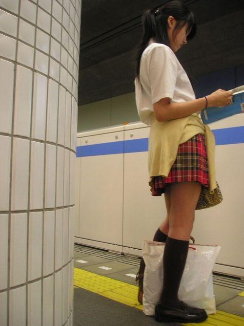 【画像】 電車通学中の美脚JKの太ももがエロ過ぎでワロタw 40枚 No.11