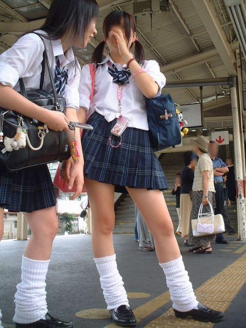 【画像】 電車通学中の美脚JKの太ももがエロ過ぎでワロタw 40枚 No.12