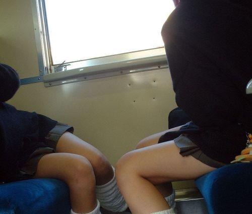【画像】 電車通学中の美脚JKの太ももがエロ過ぎでワロタw 40枚 No.13