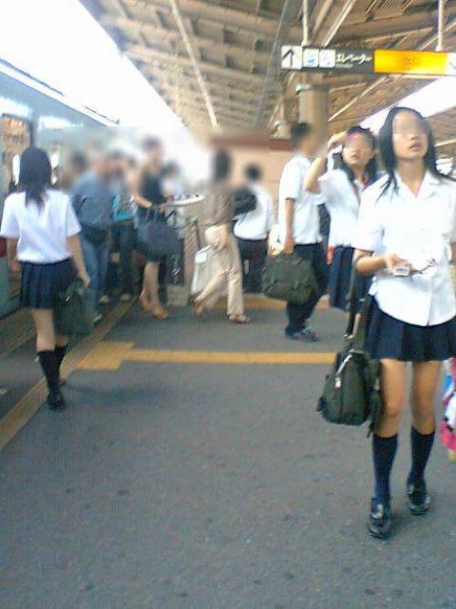 【画像】 電車通学中の美脚JKの太ももがエロ過ぎでワロタw 40枚 No.22