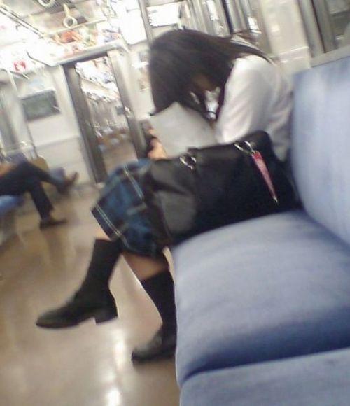 【画像】 電車通学中の美脚JKの太ももがエロ過ぎでワロタw 40枚 No.39