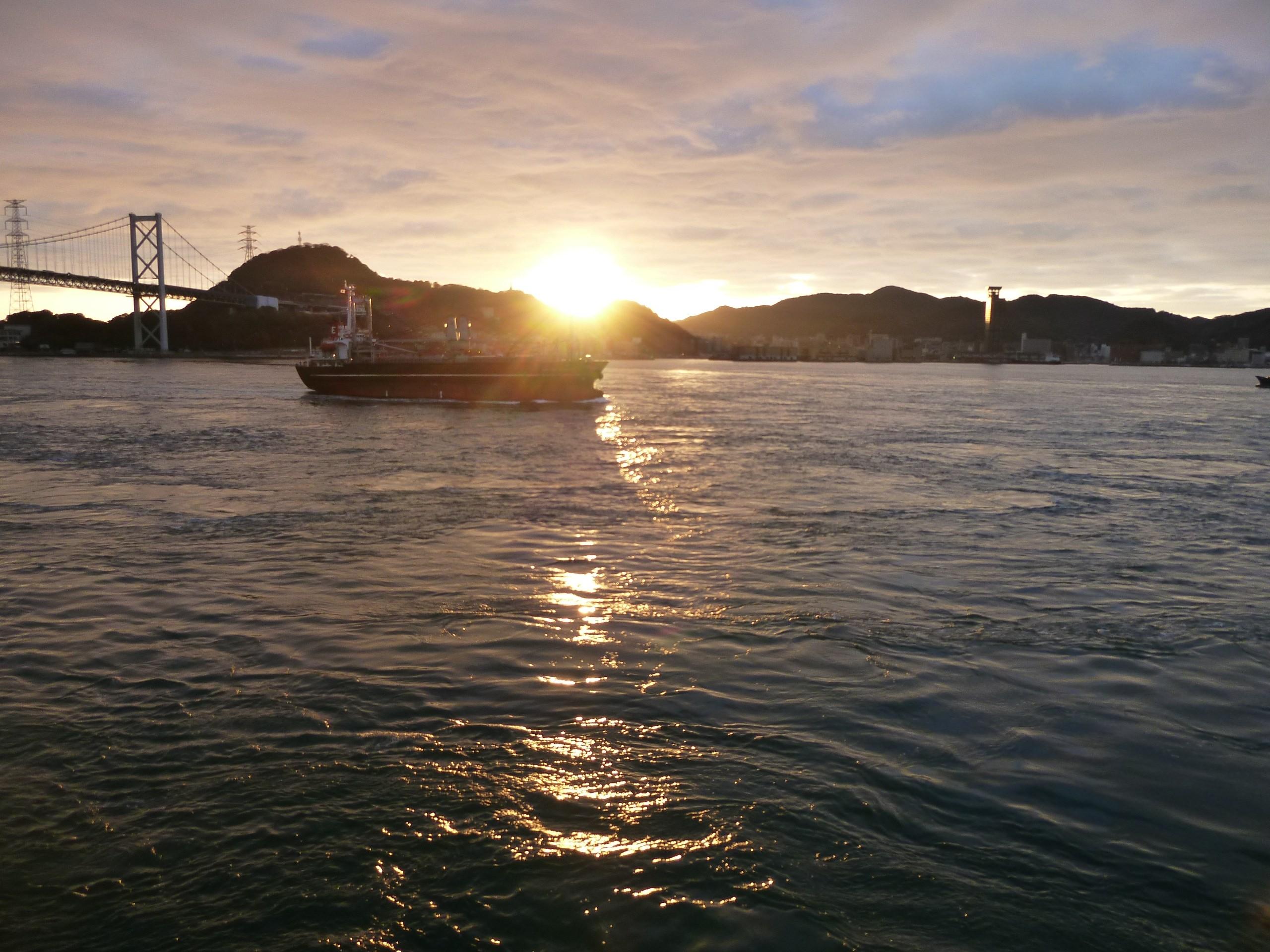 関門海峡・冬の夜明け