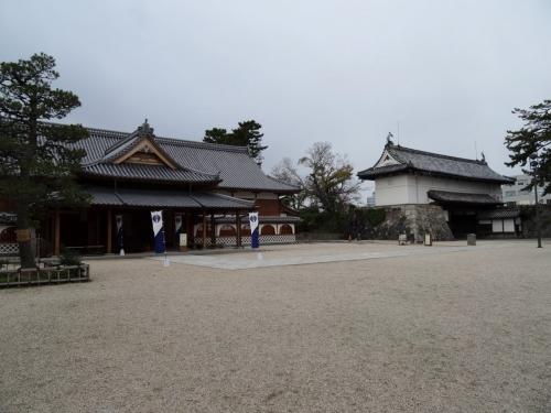9本丸御殿と鯱の門 (1200x900)