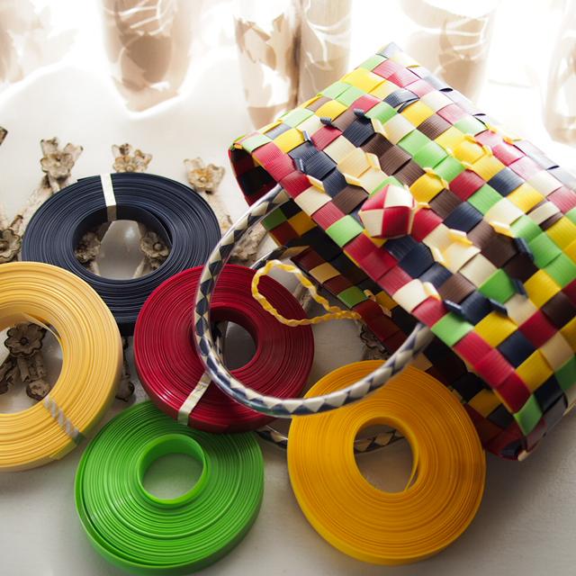 秋の彩のプラかご、赤、クリーム、焦げ茶、茄子紺、ライトグリーン、黄色