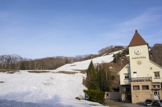 雪の残るスキー場