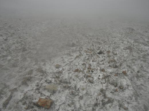 雪渓上の破片石2