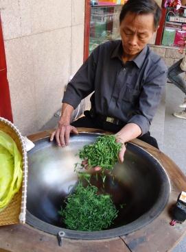 龍井茶の釜炒り