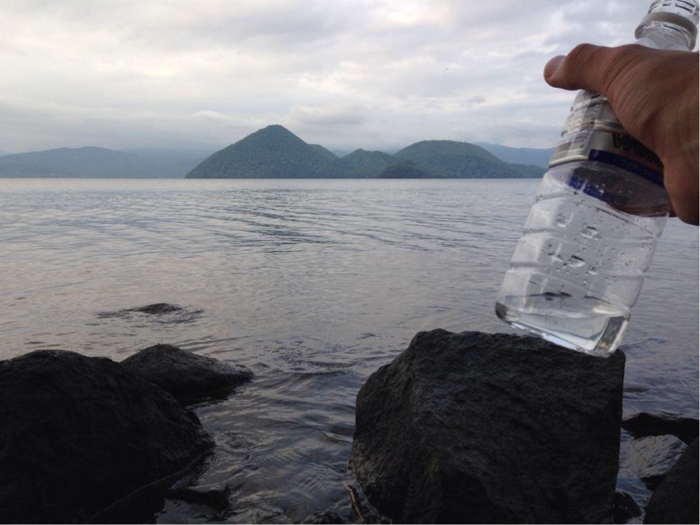 洞爺湖の水を汲む 撮影:遠藤夕幻