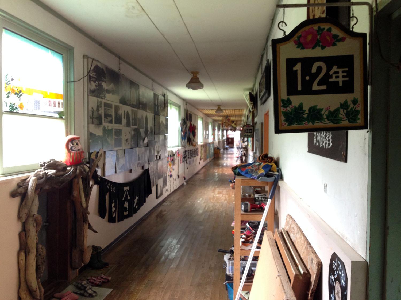 旧双葉小学校・雪月花廊の廊下にて 撮影:遠藤夕幻 2014年8月