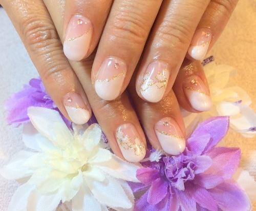 ピンクフレンチジェルネイルデザイン お花アート 斜めフレンチネイル くり抜きお花デザイン ゴールドラメ ストーン