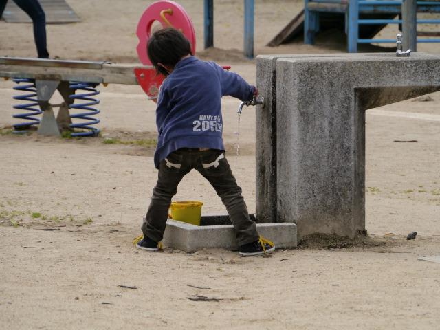 P1150926 水道の男の子