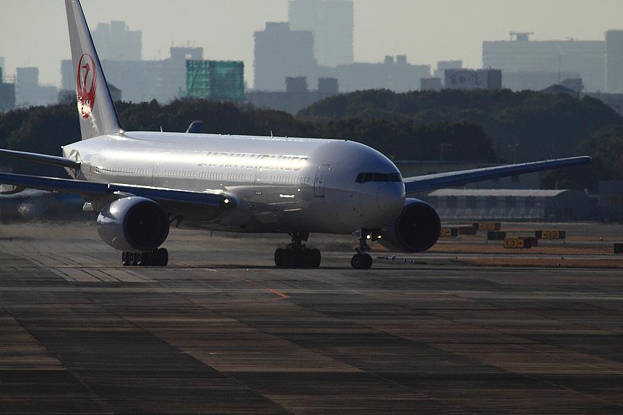 JAL B777-246 / JAL104 (JA8983)@下河原緑地展望デッキ