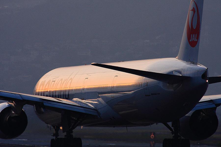 JAL B777-346 / JAL130 (JA752J)@RWY32Lエンド・千里川土手