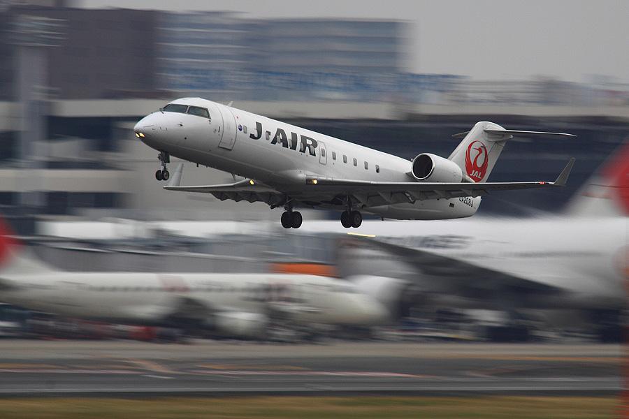 J-AIR CRJ-200ER / JAL2171 (JA208J)@RWY14Rエンド・猪名川土手