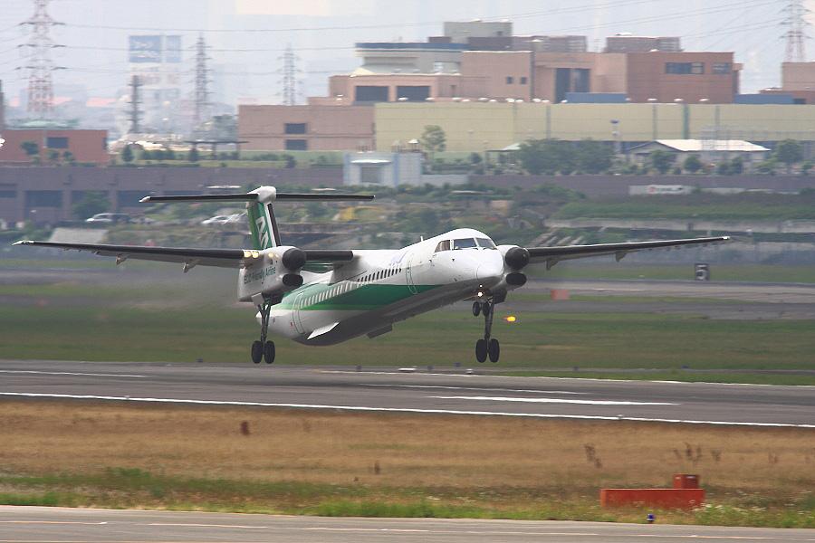 ANA WINGS DHC-8-402Q / ANA1673 (JA858A)@下河原緑地展望デッキ