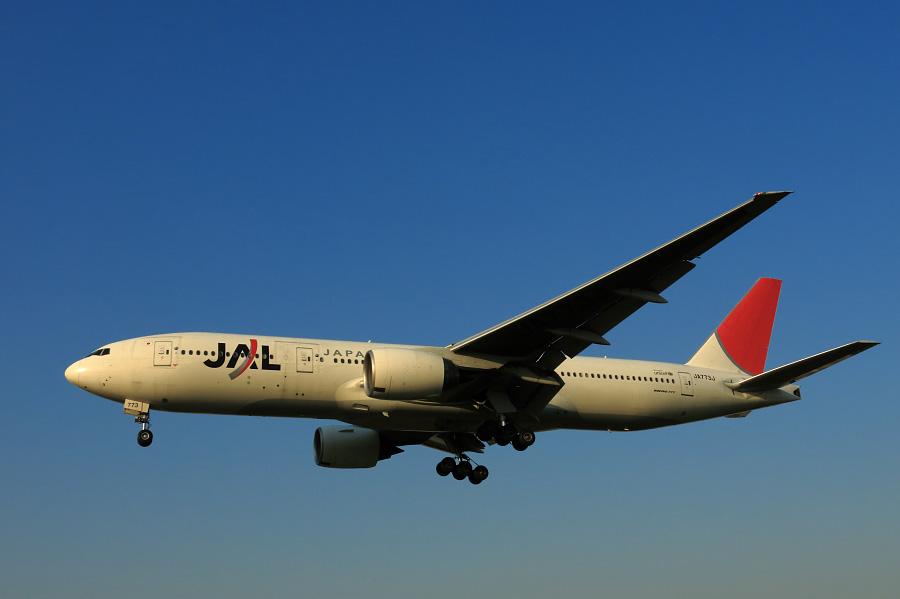 JAL B777-246 / JAL127 (JA773J)@RWY32Lエンド・千里川土手