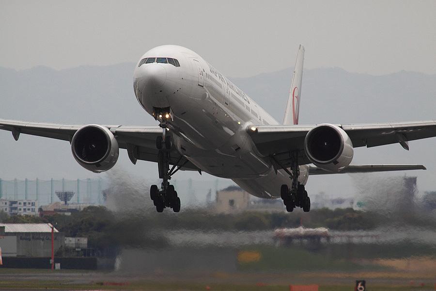 JAL B777-346 / JAL2087 (JA8944)@RWY14Rエンド・猪名川土手