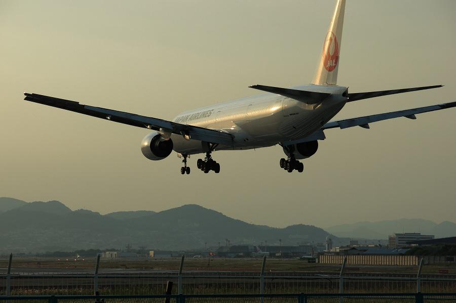 JAL B777-346 / JAL2086 (JA8945)@RWY32Lエンド・千里川土手