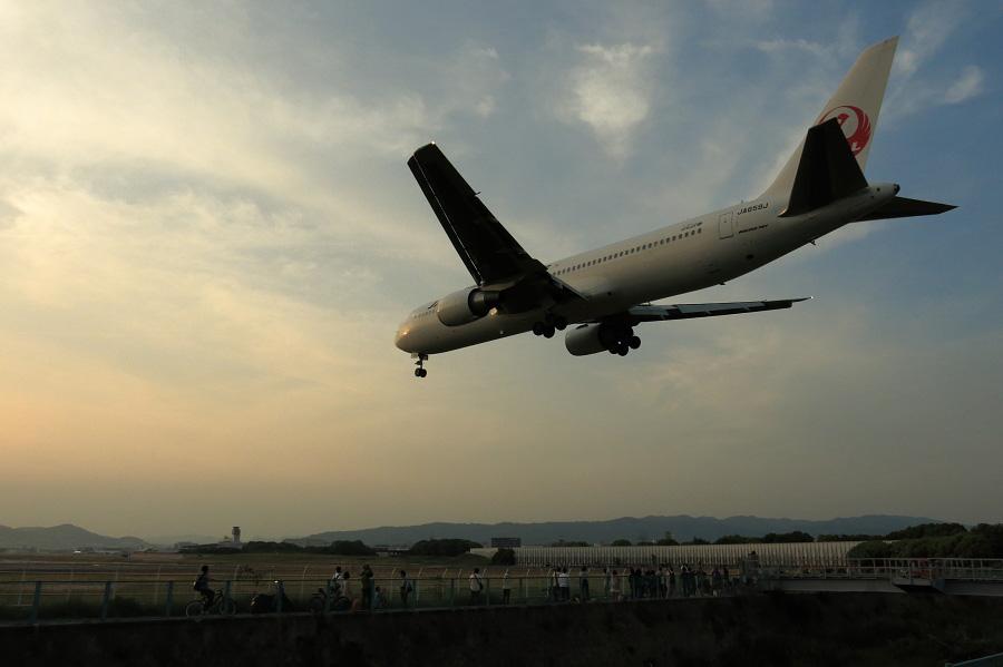 JAL B767-346ER / JAL131 (JA659J)@RWY32Lエンド・千里川土手