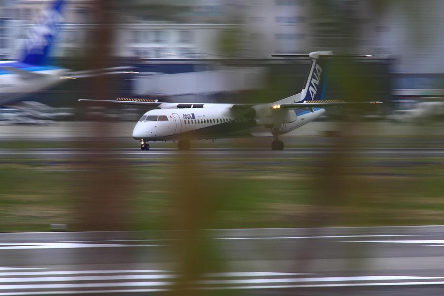 ANA WINGS DHC-8-402Q / ANA1612 (JA845A)@RWY14Rエンド・猪名川土手