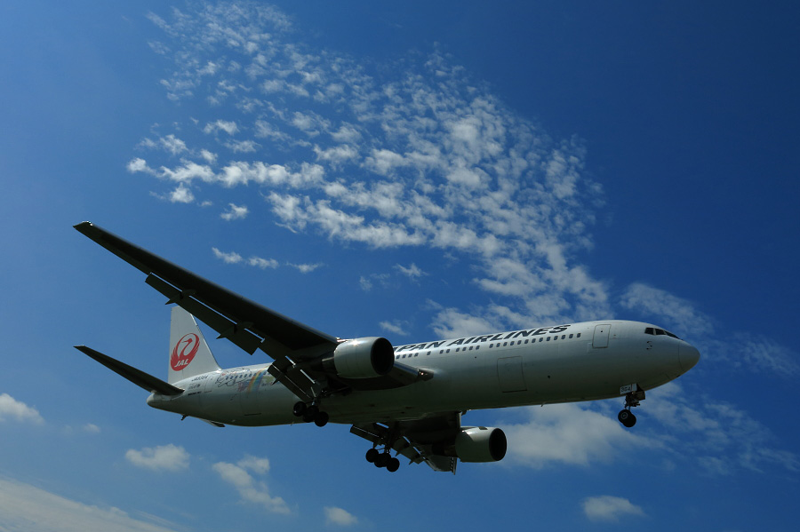 JAL B767-346 / JAL107 (JA8364)@RWY32Lエンド・千里川土手