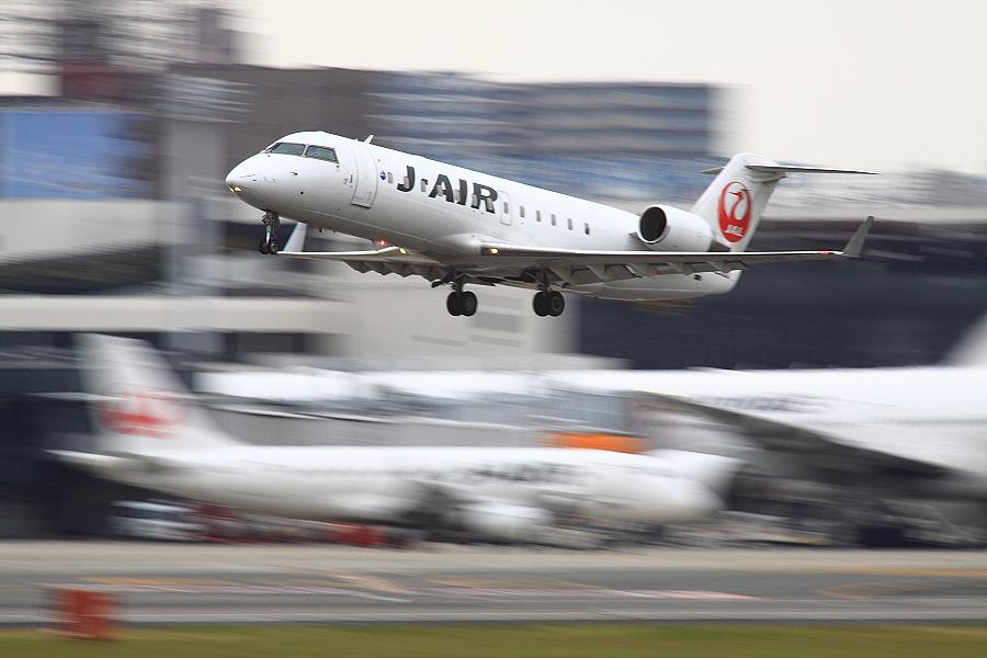 J-AIR CRJ-200ER / JAL2171 (JA206J)@RWY14Rエンド・猪名川土手