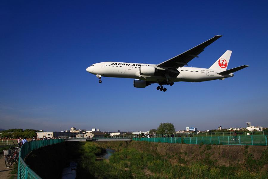 JAL B777-289 / JAL125 (JA010D)@RWY32Lエンド・千里川土手
