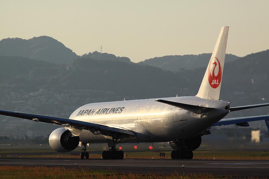JAL B777-289 / JAL128 (JA010D)@RWY32Lエンド・千里川土手