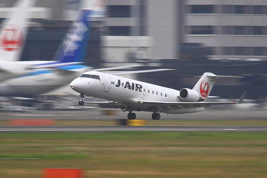 J-AIR CRJ-200ER / JAL2301 (JA208J)@RWY14Rエンド・猪名川土手