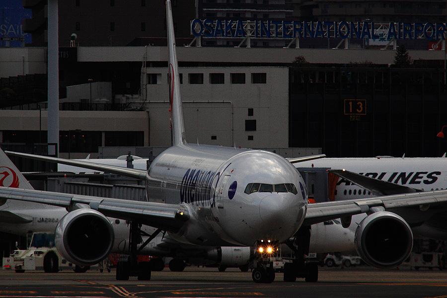 JAL B777-246 / JAL104 (JA771J)@RWY14Rエンド・猪名川土手