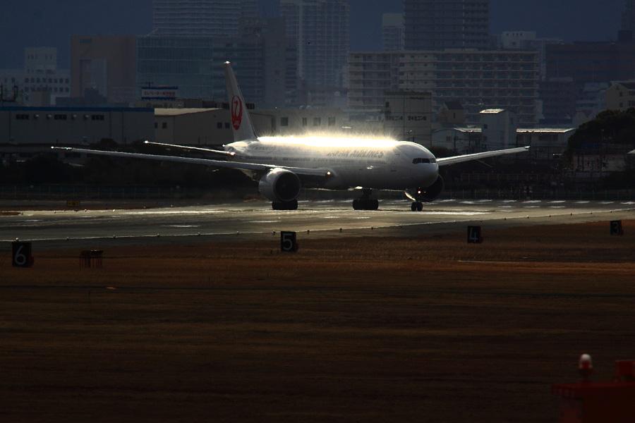 JAL B777-346ER / JAL3002 (JA731J)@RWY14Rエンド・猪名川土手