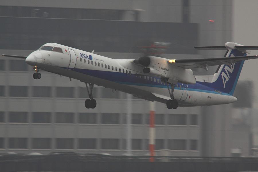 ANA WINGS DHC-8-402Q / ANA1631 (JA848A)@RWY14Rエンド・猪名川土手