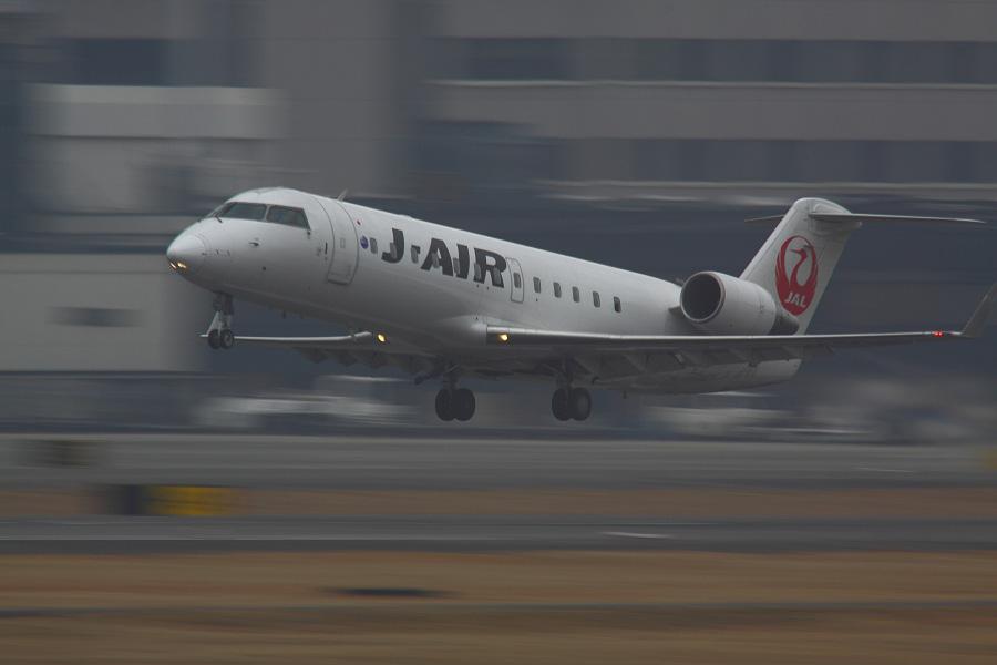 J-AIR CRJ-200ER / JAL2171 (JA201J)@RWY14Rエンド・猪名川土手