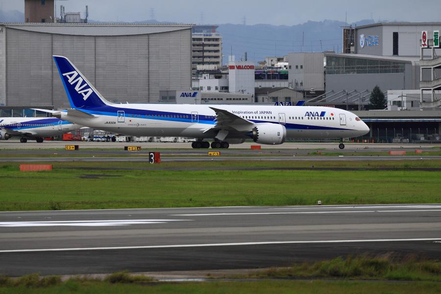ANA B787-981 / ANA30 (JA830A)@RWY14Rエンド・猪名川土手