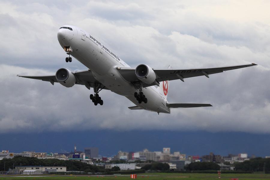 JAL B777-346 / JAL2087 (JA8943)@RWY14Rエンド・猪名川土手