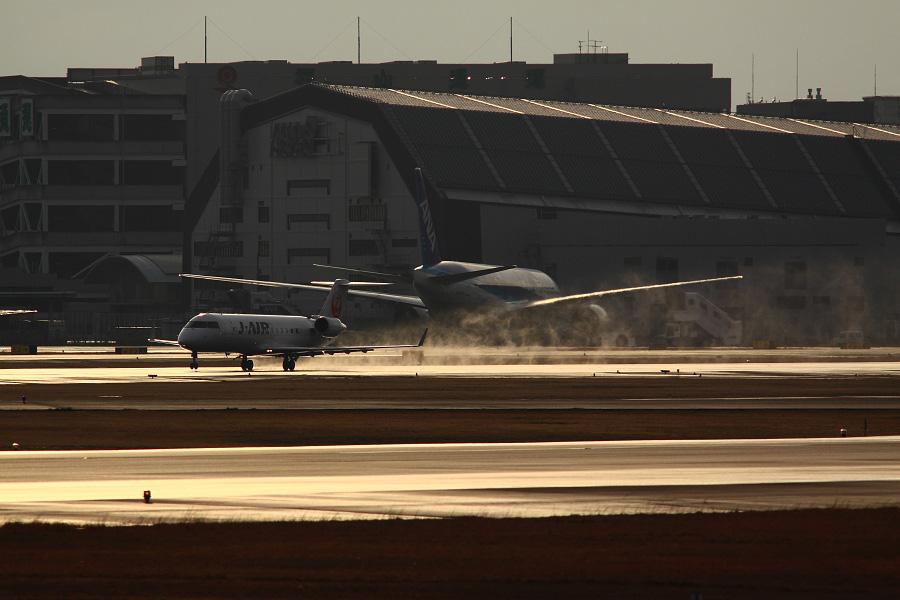 J-AIR CRJ-200ER / JAL2051 (JA204J)@RWY14Rエンド・猪名川土手