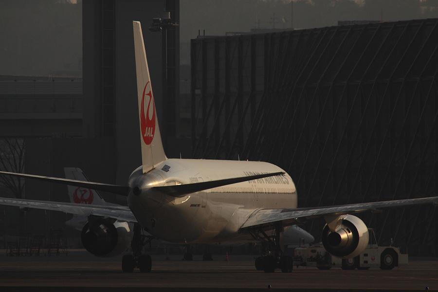 JAL B767-346 / JA8988@RWY14Rエンド・猪名川土手