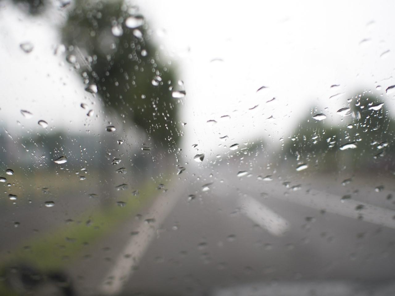雨で濡れたフロントガラス