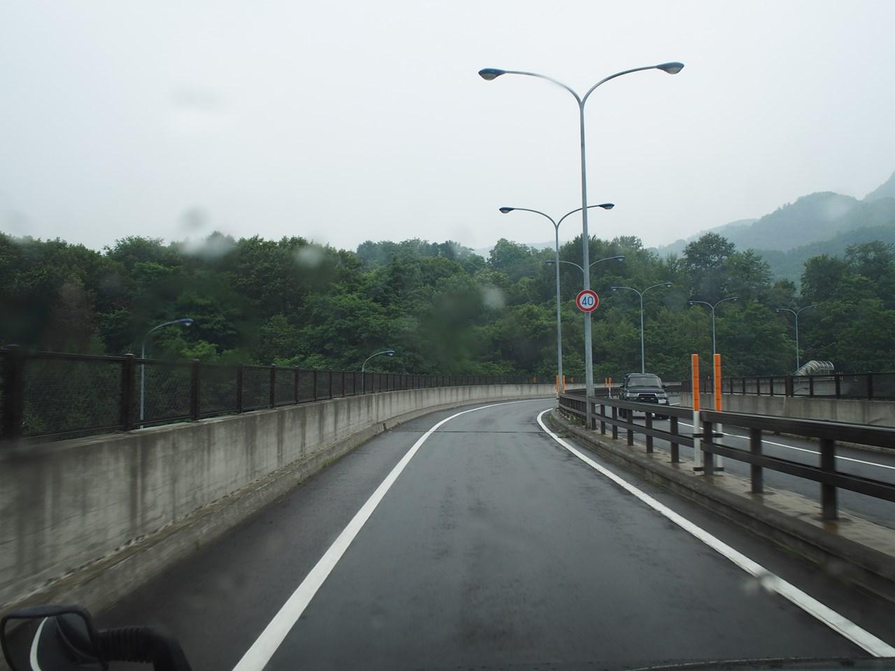 雨の中ドライブ中