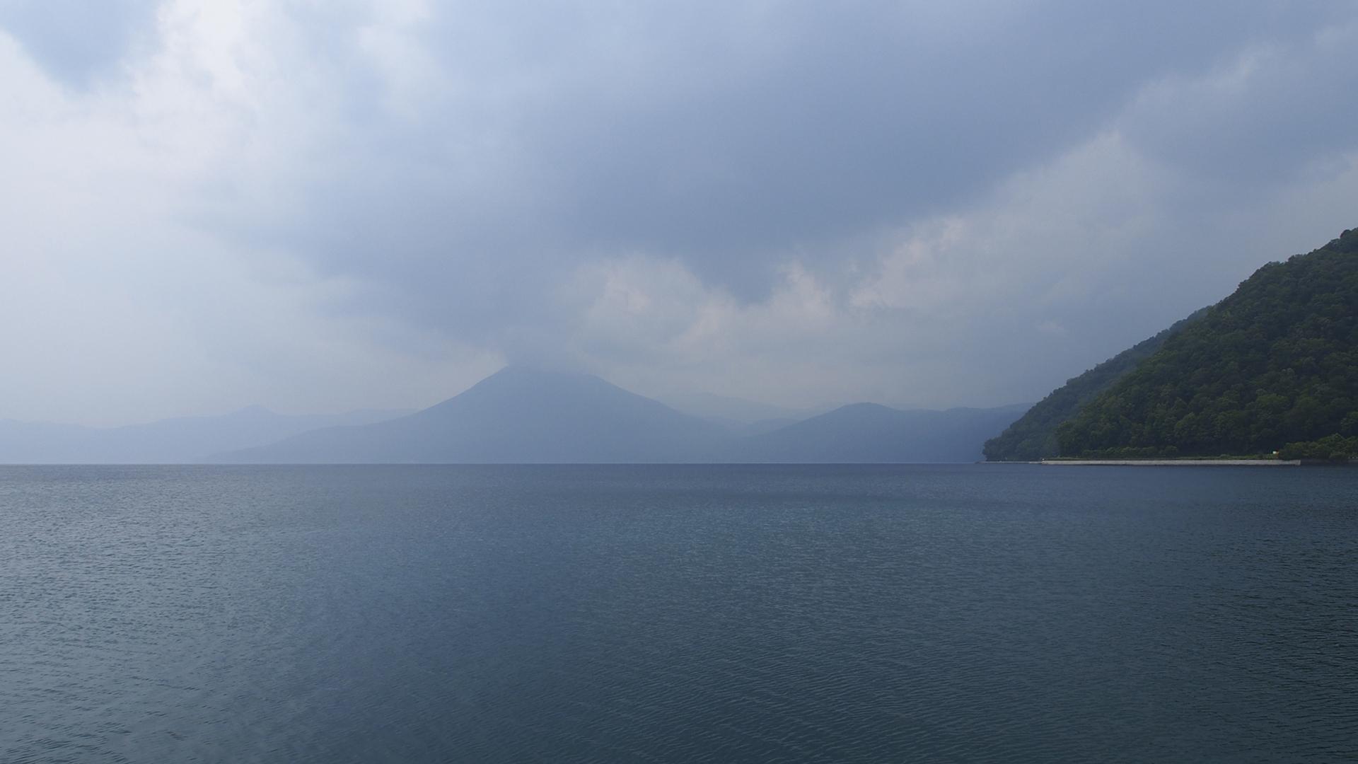 雲が立ち込める支笏湖
