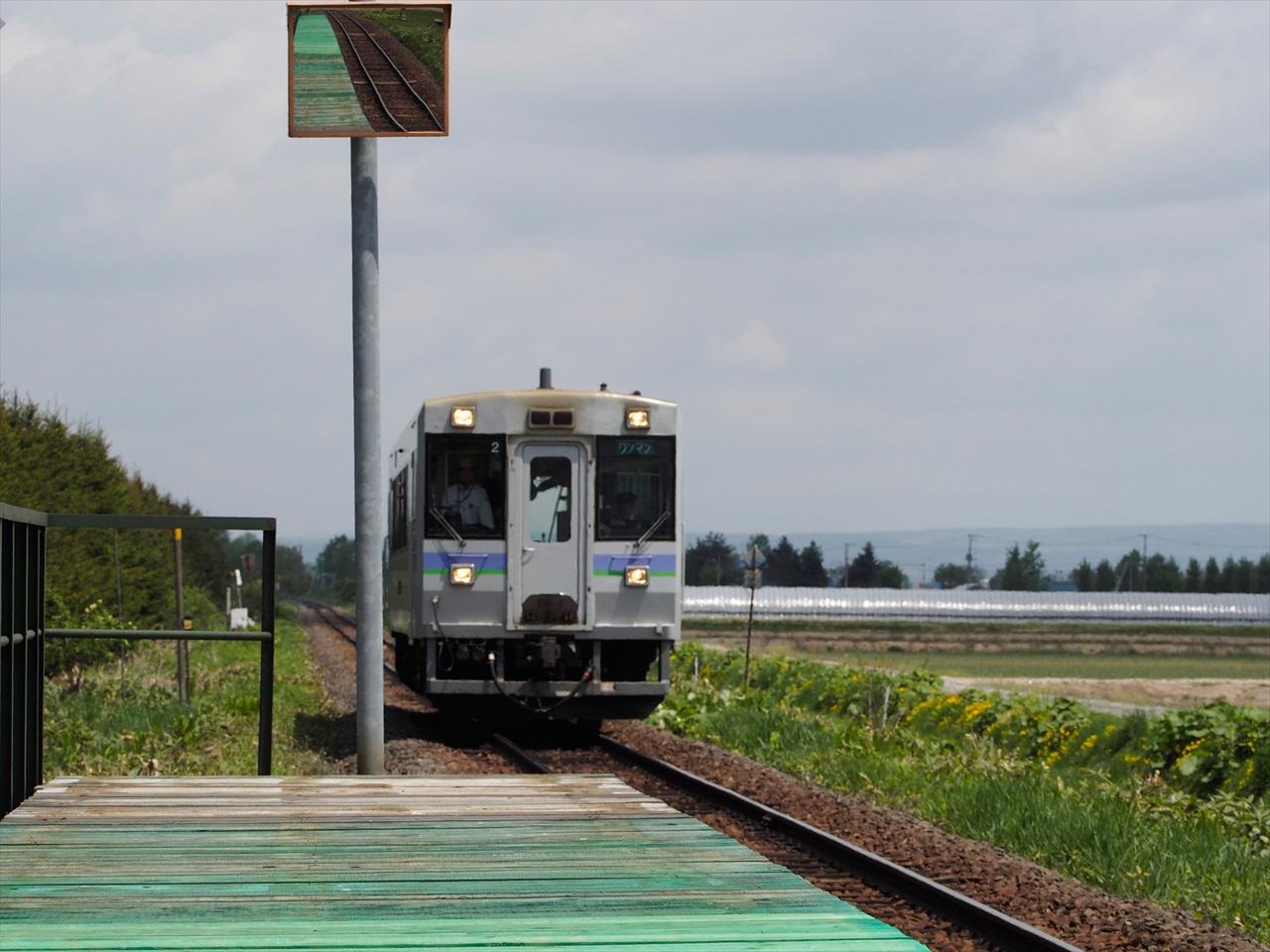 学田駅ホームへと入ってくるワンマン列車1
