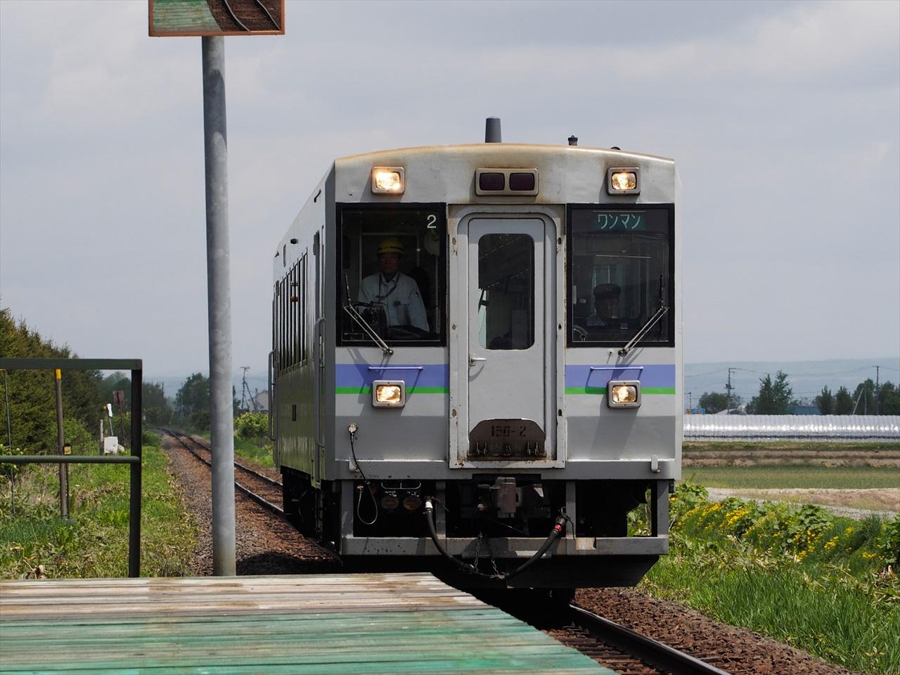 学田駅ホームへと入ってくるワンマン列車2