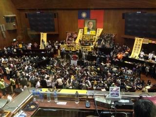 約二百人が国会に突入し、議場を占