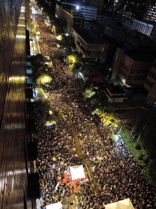 台湾国民が行政府の付近に集結中