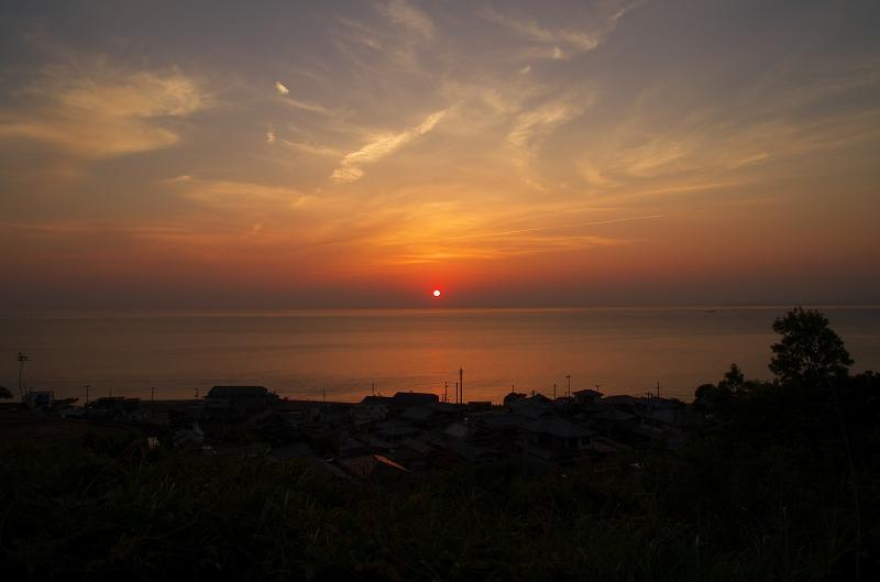 淡路島の海と漁村と沈む夕陽