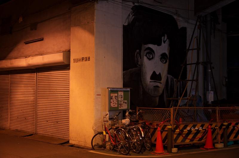 中津高架下 チャップリン壁画