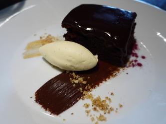 暖かいチョコレートとビートルートのケーキ、キルシュ・マスカルポーネ添え