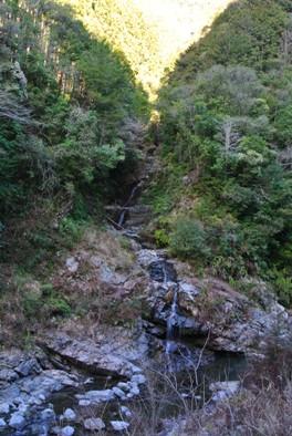 公園前の無名滝